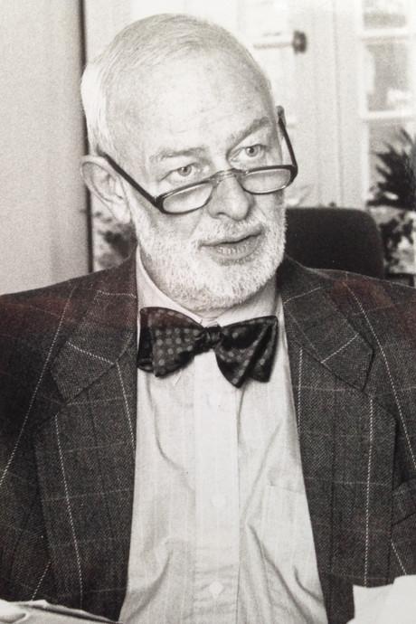 Oud-wethouder 'met het vlinderdasje' Bert Slingenberg overleden in Arnhem
