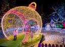 Een meisje te midden van de kerstversiering in de Moldavische hoofdstad Chisinau. Traditiegetrouw vieren landen van de voormalgie Sovjet-Unie Kerstmis nog altijd op twee data: 25 december en 7 januari.