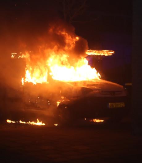 Dakdekkersvete in Den Bosch? Meerdere auto's in brand gestoken