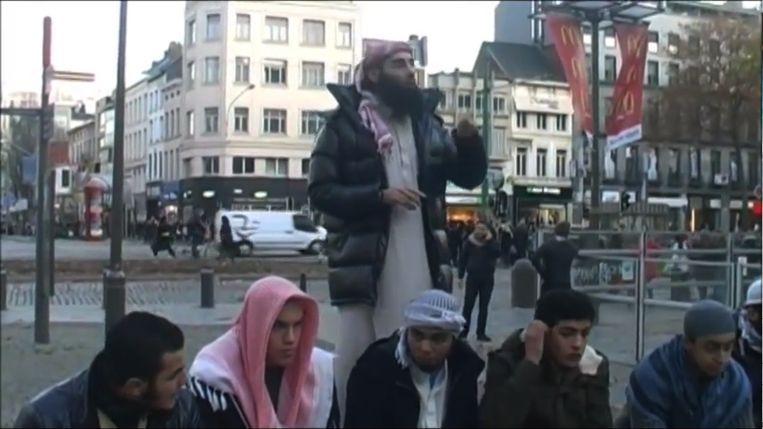 Fouad Belkacem predikt op 31 december 2011 op de Teniersplaats, tussen het Centraal Station en de Meir. Voor hem zitten Brian De Mulder en Jejoen Bontinck.