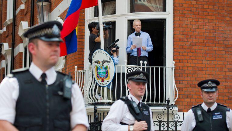 Julian Assange hield vorig jaar een toespraak bij de ambassade in Londen. Beeld EPA