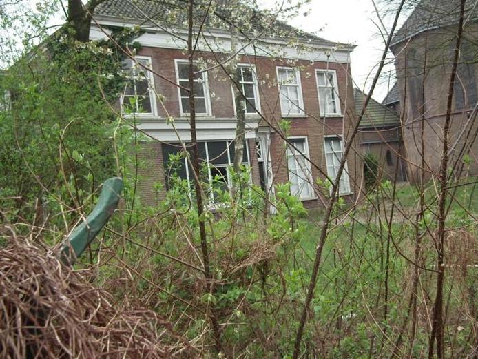 De pastorie aan de Sint Janstraat in Sprundel staat er al jaren troosteloos bij. Nog altijd is de toekomstige bestemming van het gebouw onduidelijk.foto Jos Hack