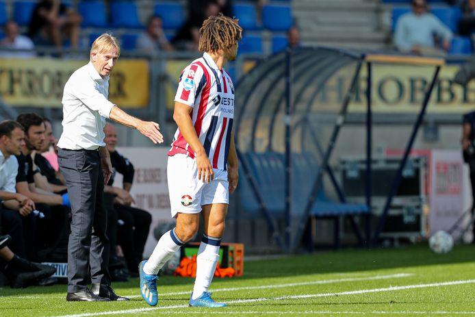 Willem II-coach Adrie Koster (l) geeft aanwijzingen aan invaller Victor van den Bogert.