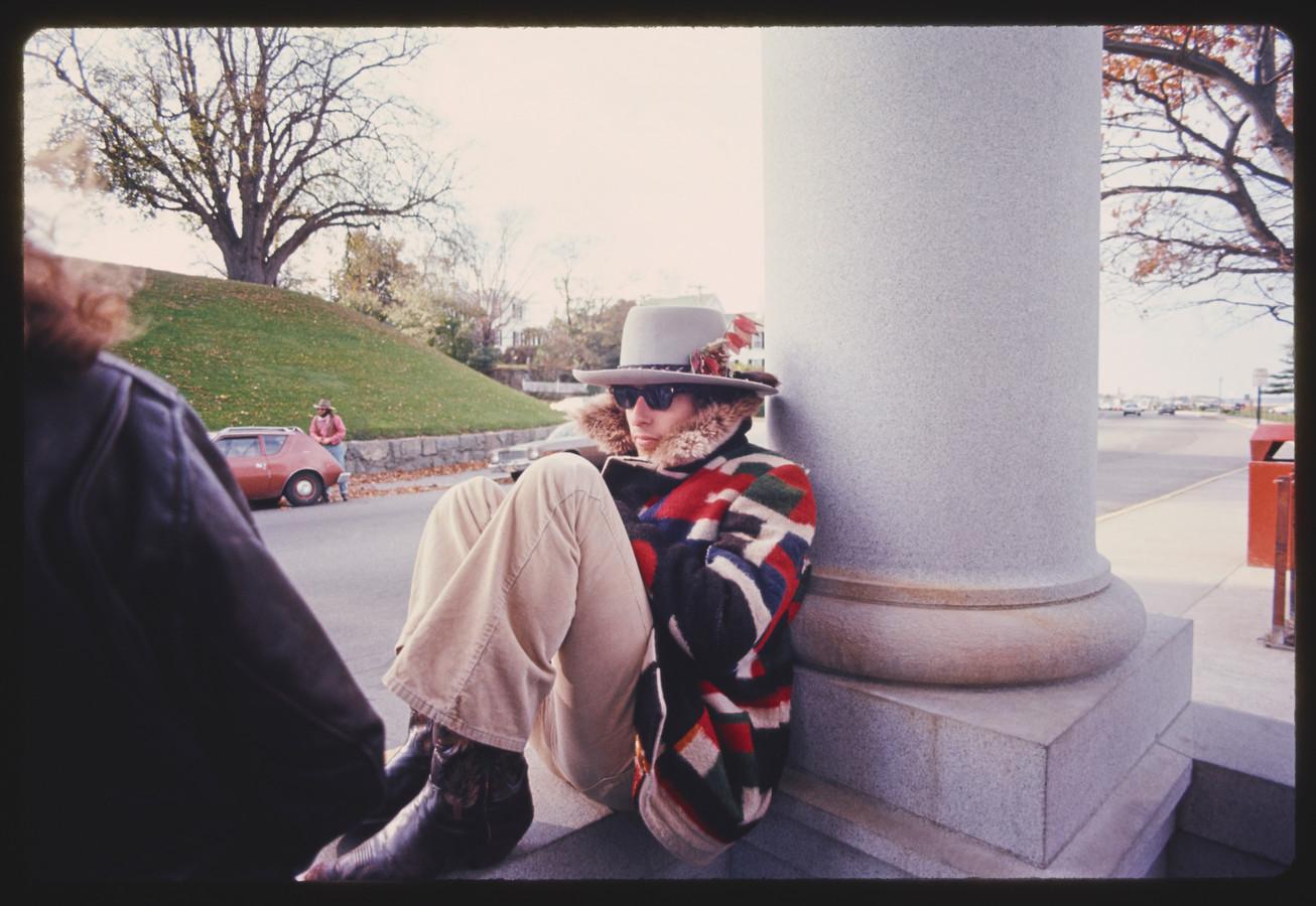 Dylan in 1975, met zijn kenmerkende Ray-Ban en zijn lievelings-Fedorahoed.