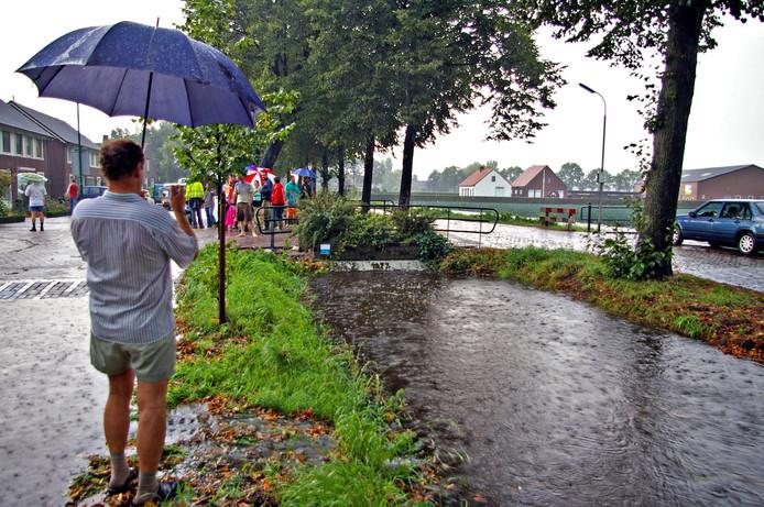 Aan de Vaartweg in Dongen-Vaart liepen in 2005 woningen en bedrijven onder water toen de sloten door de hevige regenval overliepen.