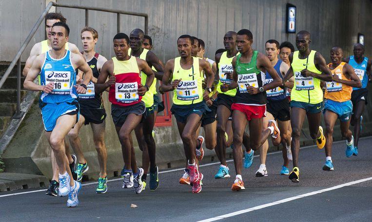 De Nederlandse atleet Khalid Choukoud (L) leidt een groep uit de IJtunnel aan het begin van de 30e editie van de Dam tot Damloop. Beeld anp