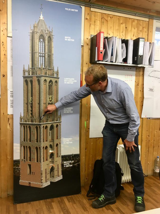 Projectleider Arjen Witjes wijst de 40 meter aan: vanaf dit punt worden de komende weken de nieuwe steigers geplaatst