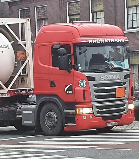 Elf verdwaalde vrachtwagens met gevaarlijke stoffen betrapt binnen bebouwde kom