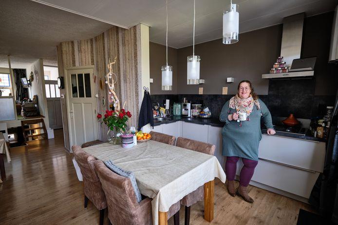 """Het huis van Anne Pladdet in Schiedam-West: ,,Ik viel meteen voor de charmes van deze plek: de hoogteverschillen, het nisje bij de voordeur, de overdekte veranda."""""""