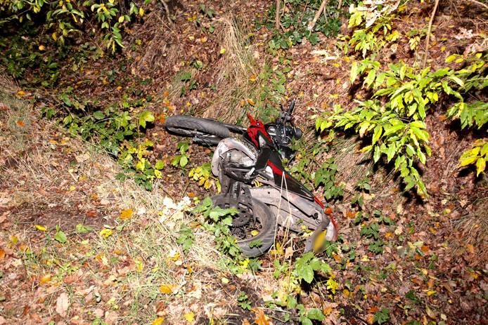 De bestuurder van de brommer raakte gewond aan z'n been.