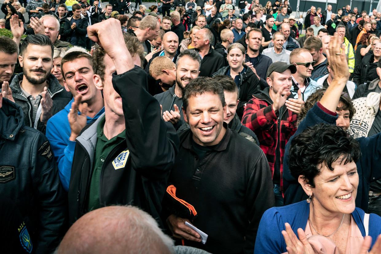 Alle 57 boeren die sinds woensdagochtend vastzaten omdat zij de weg blokkeerden bij een protest in Drenthe, zijn weer vrijgelaten, aldus de politie. Bij het politiebureau in Assen hadden zich een paar honderd boeren verzameld uit protest tegen de aanhoudingen. boeren juichen als er weer een gearresteerde boer wordt vrijgelaten