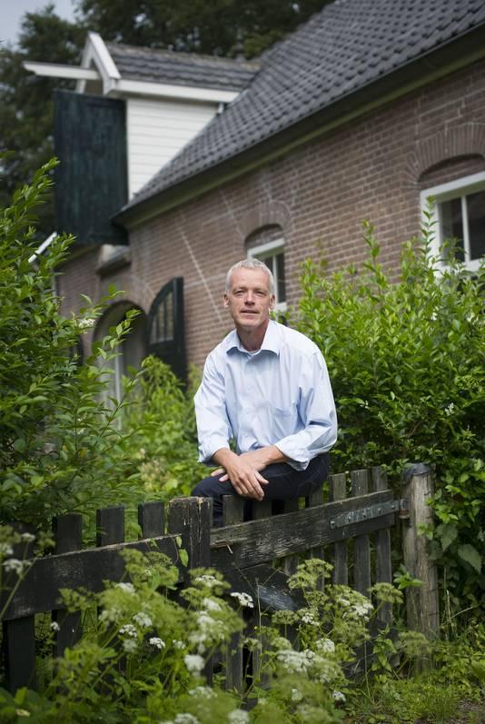 Rob Hoekstra in zijn tuin, op Landgoed Loenen in Slijk-Ewijk.