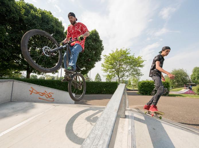 Lars op de BMX en Gavin met skateboard namen het initiatief voor een nieuwe skatebaan in Putten. Hun wens lijkt uiteindelijk dan toch in vervulling te gaan.