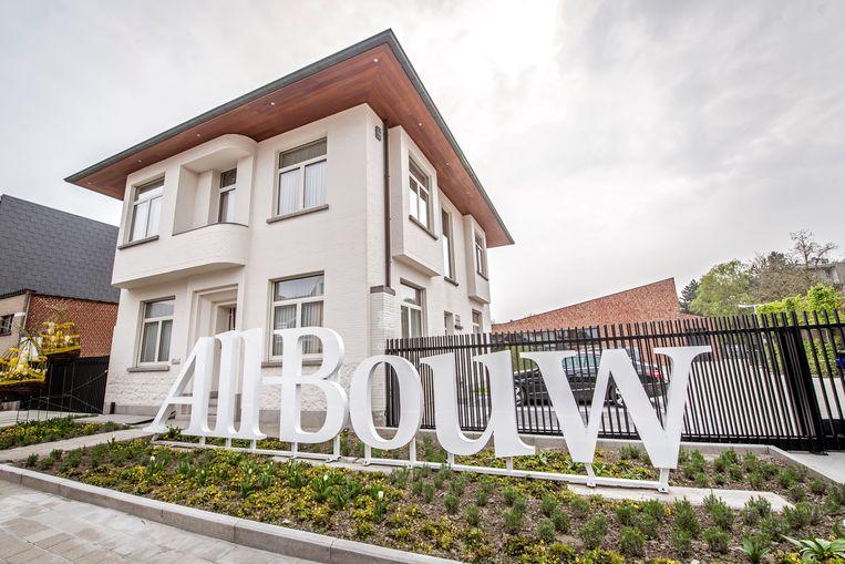 All-Bouw ligt in de Iepersestraat in Roeselare. Zodra je de poort binnengaat, stap je de kijkwoning binnen.