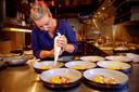 Chef-kok Ayesta van Hoek maakt in haar keuken de langoustines uit het verrassingsmenu klaar.