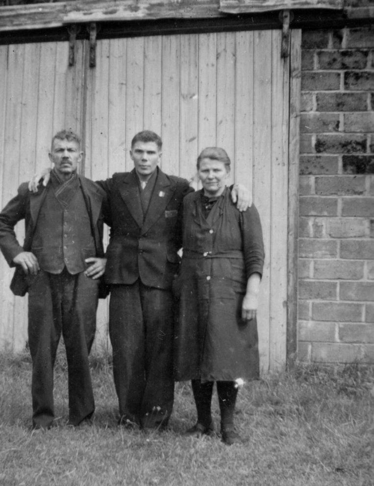 Julien in 1945 bij zijn thuiskomst, tussen zijn ouders.