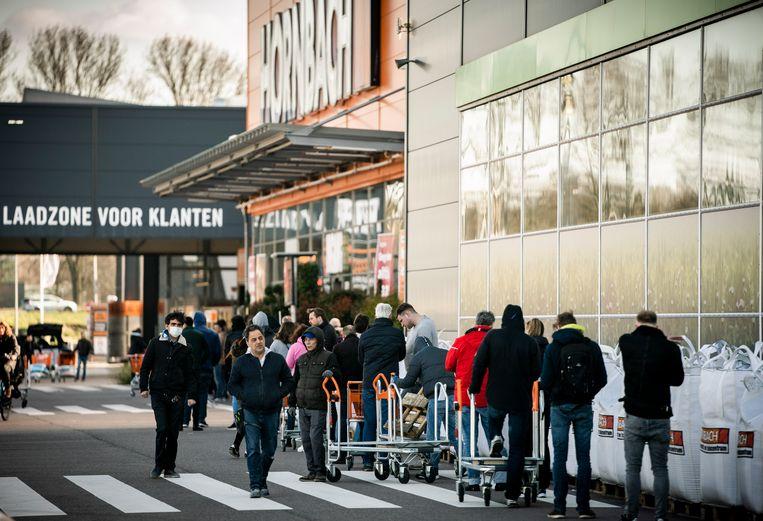 De rij voor Hornbach in Den Haag zaterdag. Voor sommigen is juist de vrees voor een verdergaande lockdown de reden nog snel een bouwmarkt of tuincentrum te bezoeken.  Beeld Freek van den Bergh / de Volkskrant