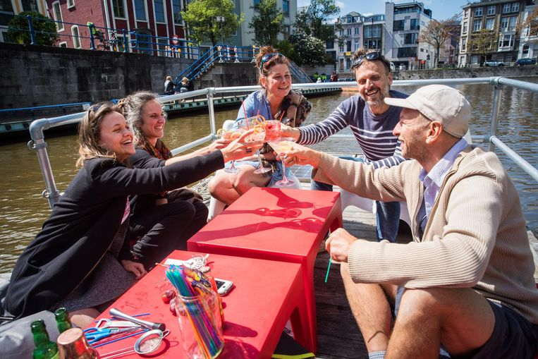 Klanten kunnen genieten van een drankje op het vlot.