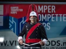 Doordeweeks is Reemond (35) keukenmonteur, in het weekend slagwerker bij het Kamper Trompetter Korps