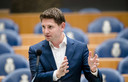 Jan Paternotte (D66) tijdens een Tweede Kamerdebat. Hij heeft nog veel vragen aan minister Cora van Nieuwenhuizen over het mislukken van de verkeersverdelingsregel. Hiermee wilde het kabinet airlines dwingen van Schiphol te verhuizen naar Lelystad.