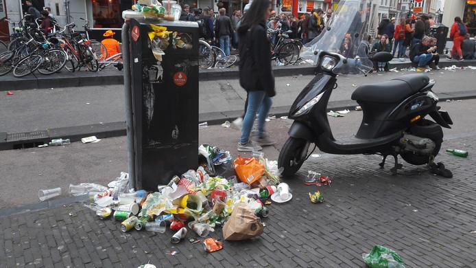 Geen plek meer in de prullenbakken, zoals aan het begin van de Voorstraat.