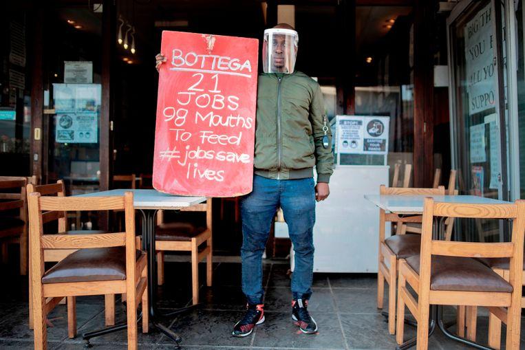 Een restauranthouder in Johannesburg protesteert tegen de strenge coronamaatregelen van de Zuid-Afrikaanse overheid.