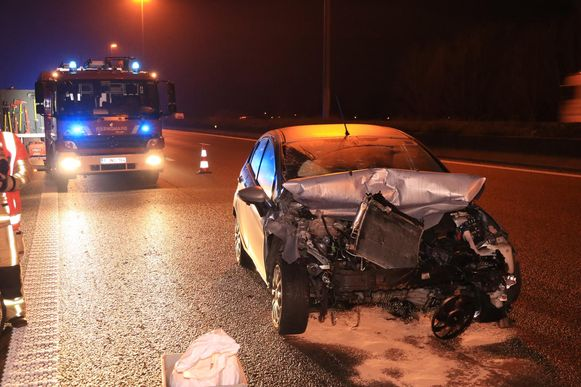 De auto van de vrouw raakte zwaar beschadigd nadat ze achteraan op een vrachtwagen was ingereden.