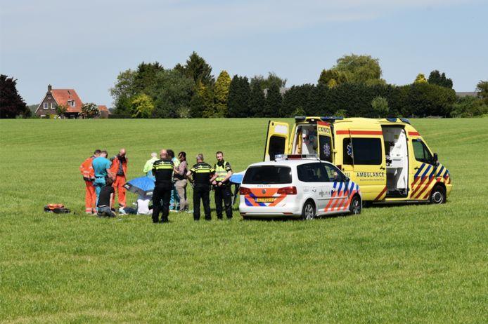 Het slachtoffer is eerst gestabiliseerd en vervolgens per ambulance vervoerd naar het ziekenhuis.