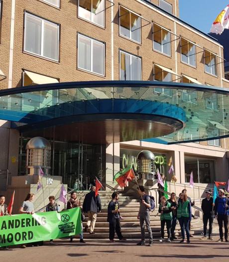 Klimaatactivisten opgepakt om vernielingen bij hoofdkantoor Shell
