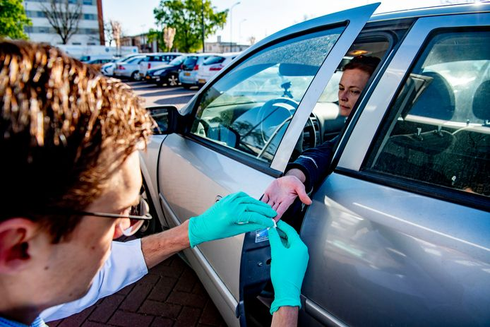 Een drive in-coronatest in Oss. In Oud Gastel moet je straks binnen vijftien minuten weten of je een corona-besmetting hebt of gehad hebt.