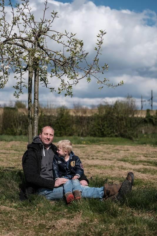 Koos Wolters met zoon Ramses op de plek waar het moet gebeuren.