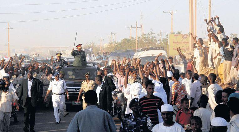 Omar al-Bashir laat zich in Khartoem toejuichen kort nadat het strafhof in Den Haag zijn arrestatie heeft gelast. Foto EPA Beeld