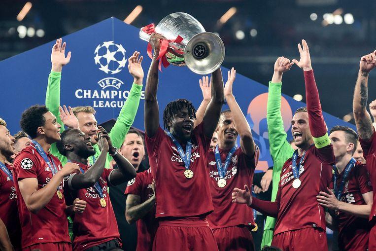 Divock Origi steekt de Champions League-trofee in de lucht.