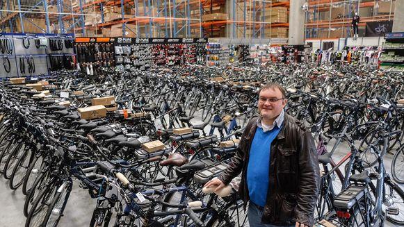 Eigenaar van Minerva Cycling  Filip Cartpentier in de winkel die deel uitmaakt van het bedrijf.