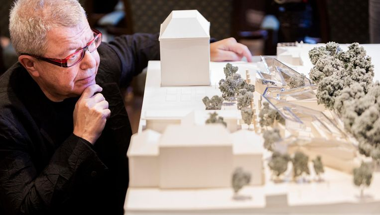 Architect Daniel Libeskind bij de maquette van het ontwerp van het Namenmonument. Beeld anp