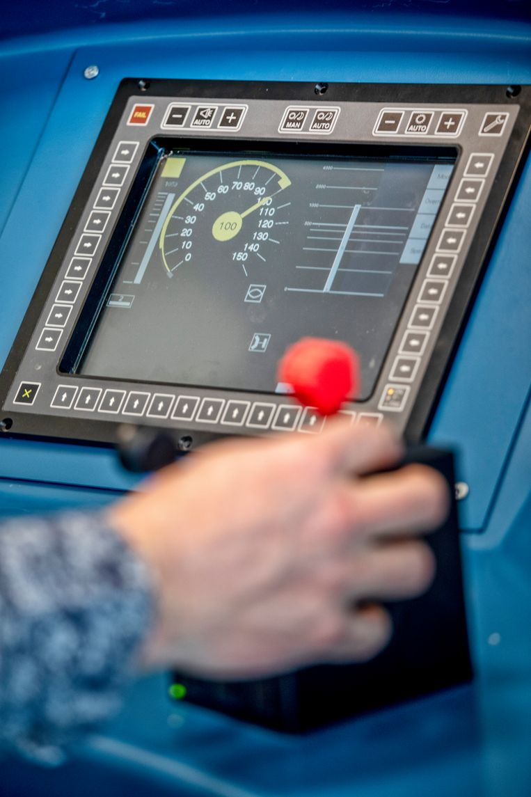 Prorail test in Amersfoort de nieuwe techniek die treinbotsingen moet voorkomen: ERTMS. Op het scherm ziet een machinist met ERTMS-beveiliging waar hij hoe hard mag rijden. Beeld Raymond Rutting / de Volkskrant