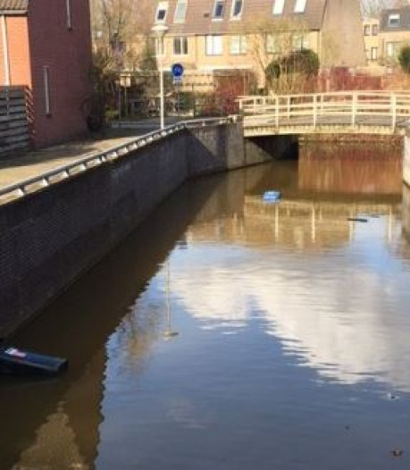 Afvalcontainers in water in Zwolle-Zuid gegooid