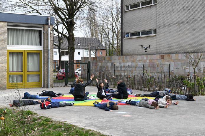 Kinderen van Basisschool Wandelbos in Tilburg vormden een kleurrijke cirkel met de boodschap 'Samen Sterk' voor de drone.