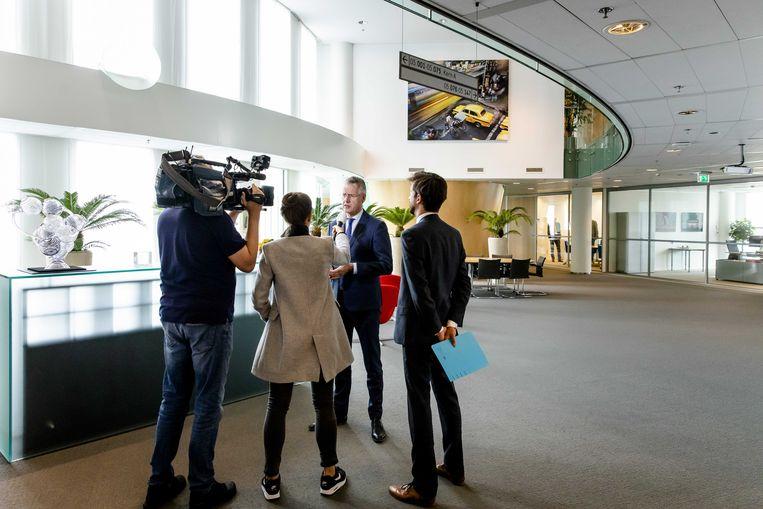 Minister Arie Slob staat de pers te woord over de uitspraak over het Cornelius Haga Lyceum in Amsterdam.  Beeld ANP