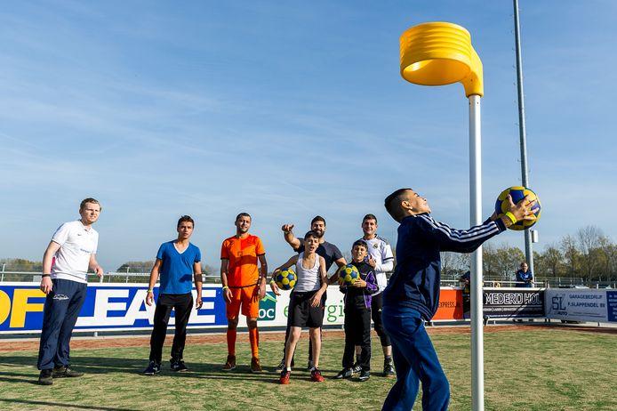 Korfbalclinic voor kinderen en volwassen vluchtelingen in Zuidplas.