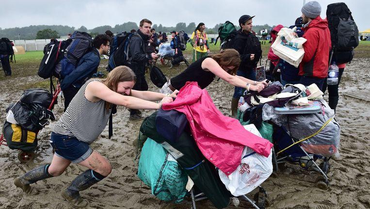 Festivalgangers proberen het terrein van Glastonbury op te komen. Beeld AP