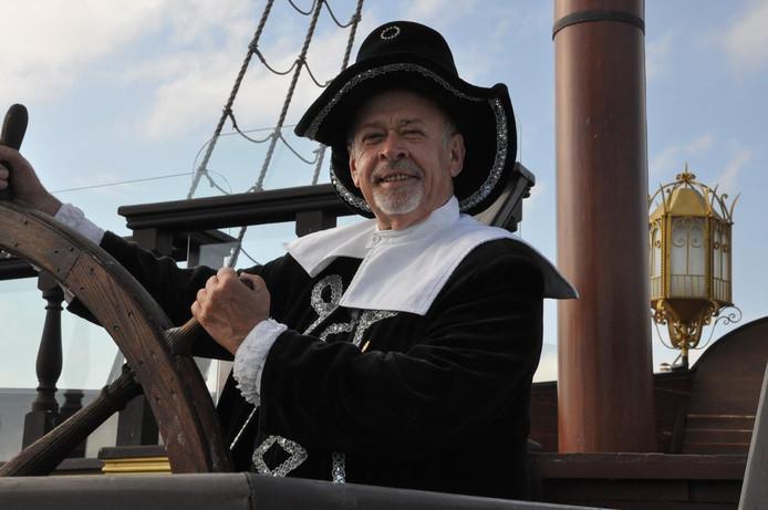 Willy de Meijer als kapitein Willem van der Decken aan het roer van de Mr Baba in Varna