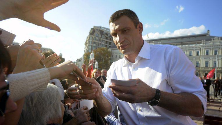 Bokser Vitali Klitsjko deelt handtekeningen uit in Kiev, eind september. Beeld AP
