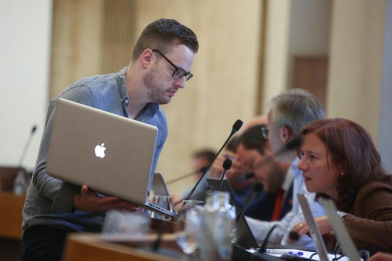 Hier zien we Steve Vanneste op een gemeenteraad.