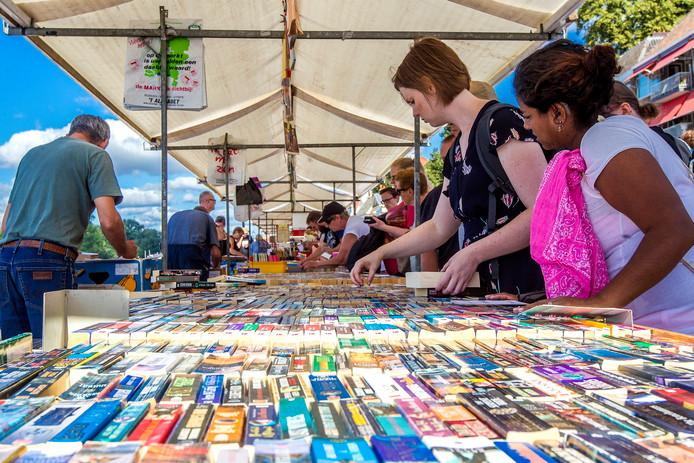 De boekenmarkt trok ook dit jaar weer zo'n 125.000 bezoekers naar Deventer.