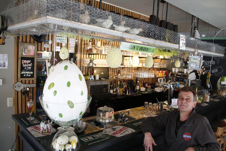 Tom Janssens hield tijdens de Paasvakantie 16 jonge kuikens boven de toog in zijn café.
