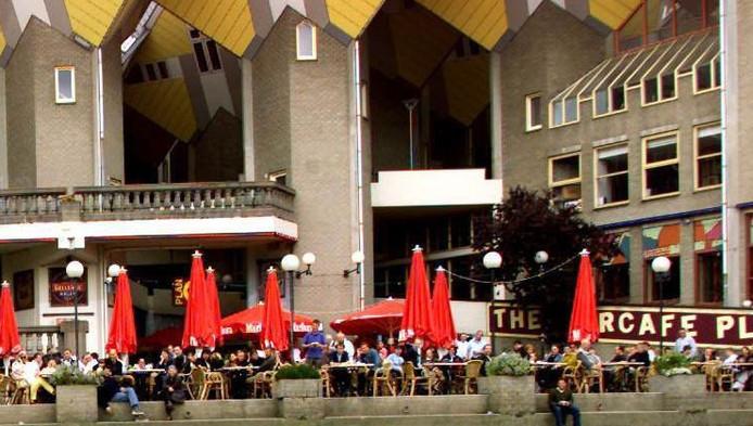 Het terras van Plan C onder de kubuswoningen in Rotterdam.
