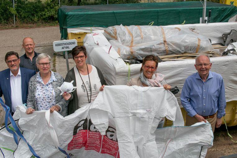 De MIWA-bestuurders met de bewuste 'asbestafvalzak', die je kan aankopen om asbestgolfplaten thuis te laten ophalen.