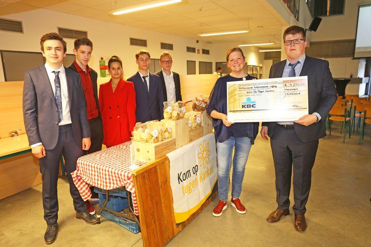 De leerlingen van 6 Handel van het Sint-Donatusinstituut overhandigden een cheque aan Kom Op Tegen Kanker.