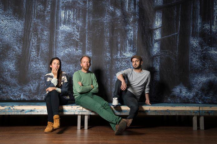 Marjolijn van Heemstra, regisseur Jetse Batelaan en Sadettin Kirmiziyüz, de makers van 'Kruistocht in spijkerbroek' in het decor van de voorstelling.